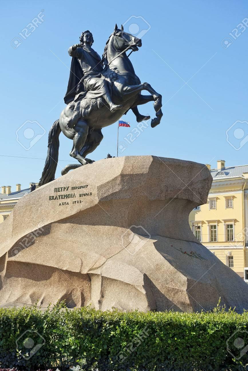 33434709-le-cavalier-de-bronze-la-statue-équestre-de-pierre-le-grand-à-saint-pétersbourg-en-russie-commandée-par-la-g