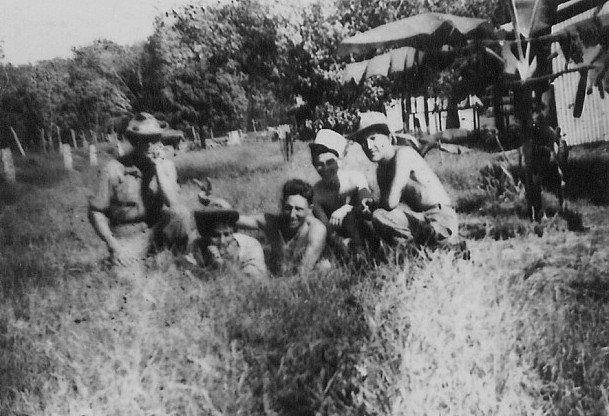 photo prise à Tay-Ninh,camp instruction élève caporaux. Selon vous,parmi les 5 types, combien de nationalités diggérente 190712011711591744