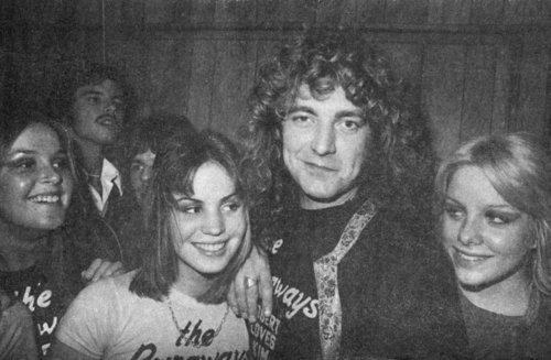 Lita Ford, Joan Jett, Cherie Curry (The Runaways) et Robert Plant vers 1976