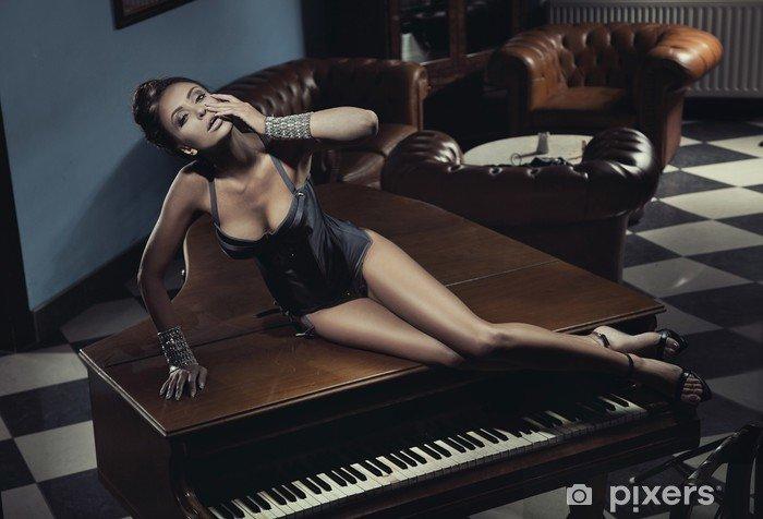 aufkleber-sexy-schauspielerin-verlegung-auf-einem-klavier.jpg
