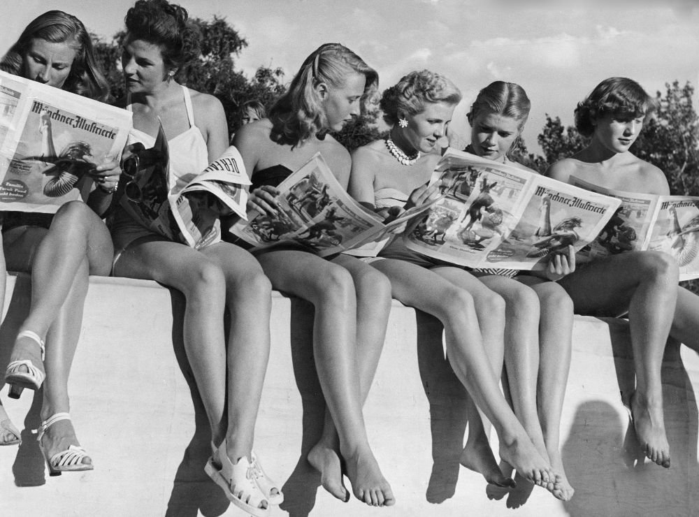people-reading-newspapers-9
