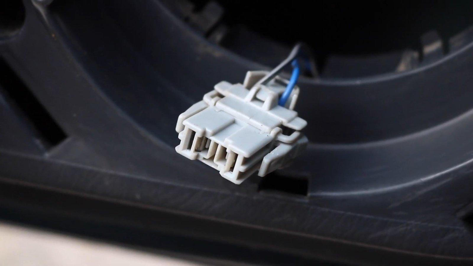 Honda Civic - Front Door Speakers Replacement.mp4_snapshot_00.40.735