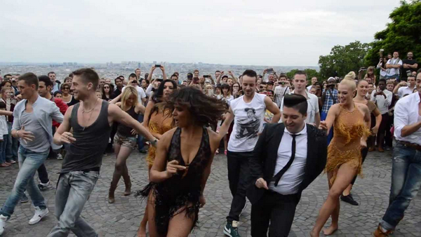 Troupe de danseurs latinos au contact du public heenylthain