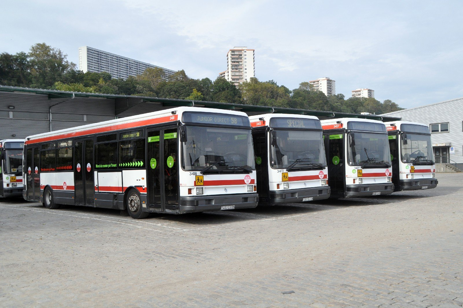 DSC_0718rt - bus scolaires garés - esplanade dépôt Lyon Vaise