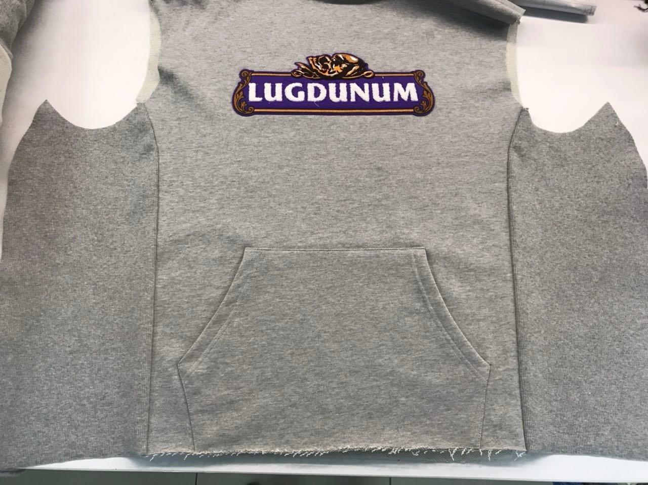 Le Sweatshirt Capuche Brasseur en cours d'assemblage