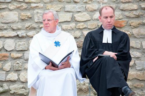 Prêtre catholique et prêtre protestant heenylthains