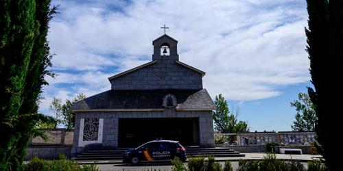 Voiture de police devant une Eglise