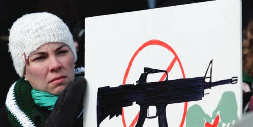 Manifestante pacifiste dénonçant la vente d'armement à l'international