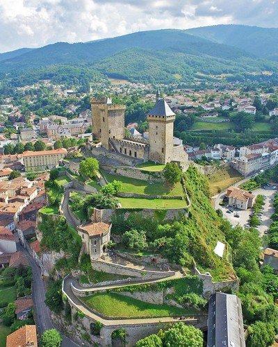 Le Château hautement perché de Locce, siège du pouvoir local et égide de Miraglia