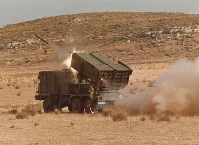 Unité MRL-1 Lich de l'ANV opérant un tir de saturation dans la province sud du Varanya.