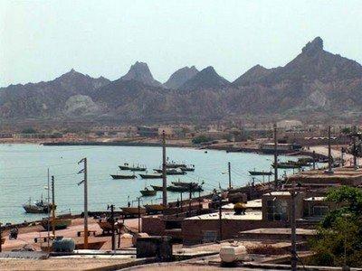 """Le Port civil d'Al Beltara, """"capitale"""" de l'île, voit transiter de nombreuses marchandises chaque semaines"""