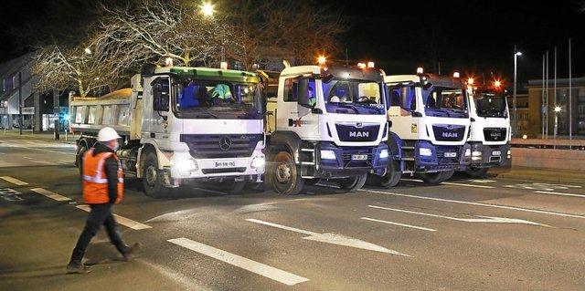 quatre-camions-lestes-de-sable-ont-stationne-et-roule-sur-le_5554434