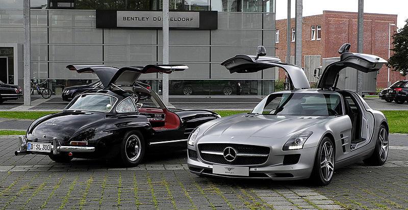 800px-Mercedes-Benz_SLS_AMG_(C_197)_&_Mercedes-Benz_300_SL_(W_198)_?_Frontansicht,_10._August_2011,_Düsseldorf
