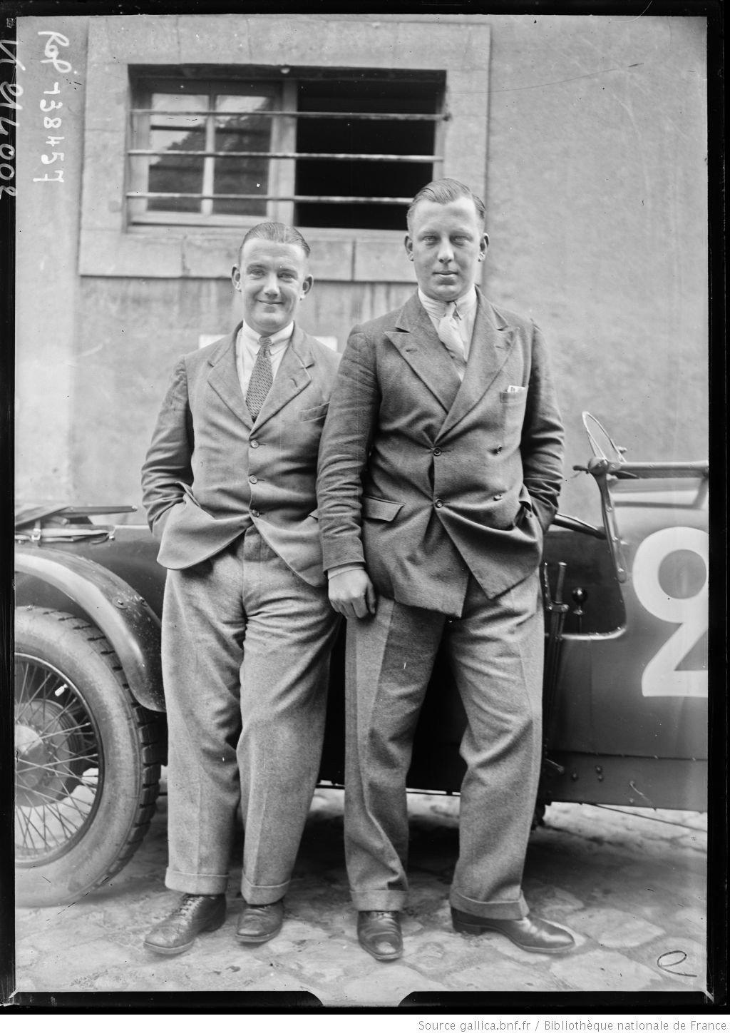 De gauche à droite] Dykes, Paul Cyril sur Alvis [coureurs automobiles britanniques, au pesage des 24 h du Mans, le 130629]  [photographie de presse]  [Agence Rol].