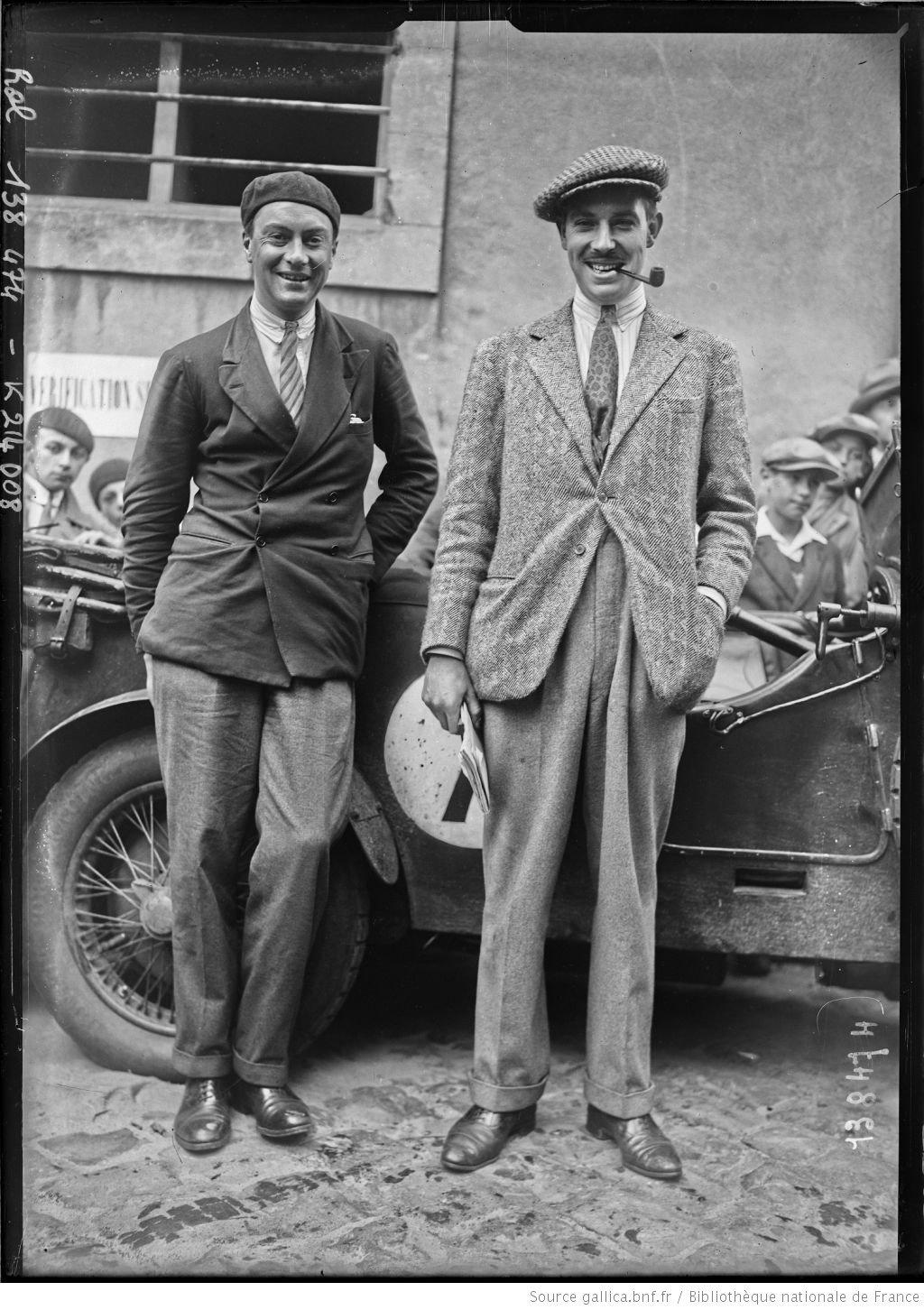 De gauche à droite,] S[aunders]-Davies, Fiennes sur Invicta [coureurs automobiles britanniques, au pesage des 24 h du Mans, le 130629]  [photographie de presse]  [Agence Rol].