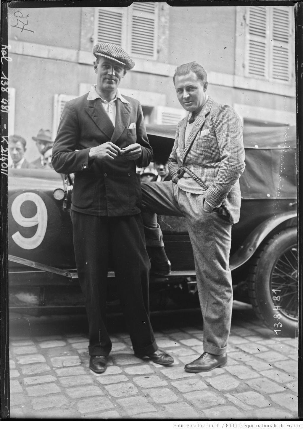 De gauche à droite, Jack] Dunfee, [Glen] Kidston sur Bentley [coureurs automobiles britanniques, au pesage des 24 h du Mans, le 130629]  [photographie de presse]  [Agence Rol].