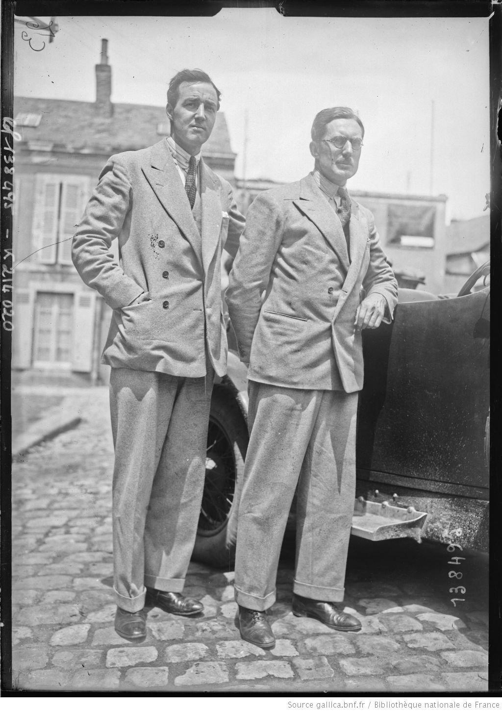 De gauche à droite, Richard] Watney, [George] Eyston sur Stutz [coureurs automobiles britanniques, au pesage des 24 h du Mans, le 130629]  [photographie de presse]  [Agence Rol].