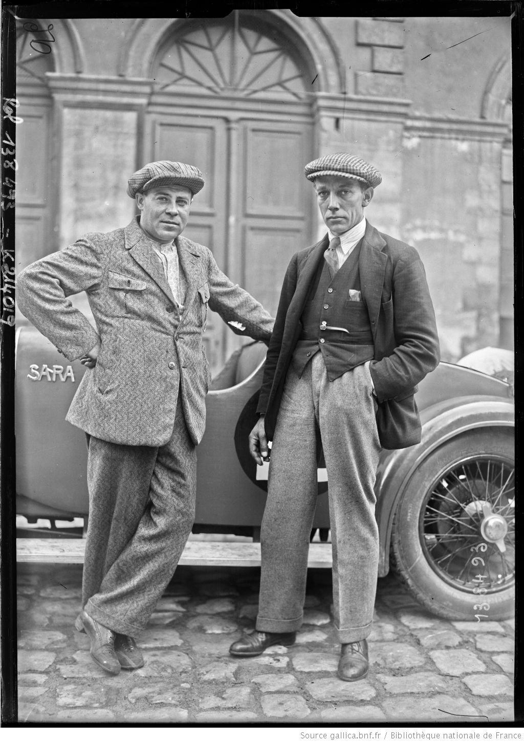 De gauche à droite,Gaston] Mottet, Douglas Hawkes sur Sara [coureurs automobiles français et britannique, au pesage des 24 h du Mans, le 130629]  [photographie de presse]  [Agence Rol].