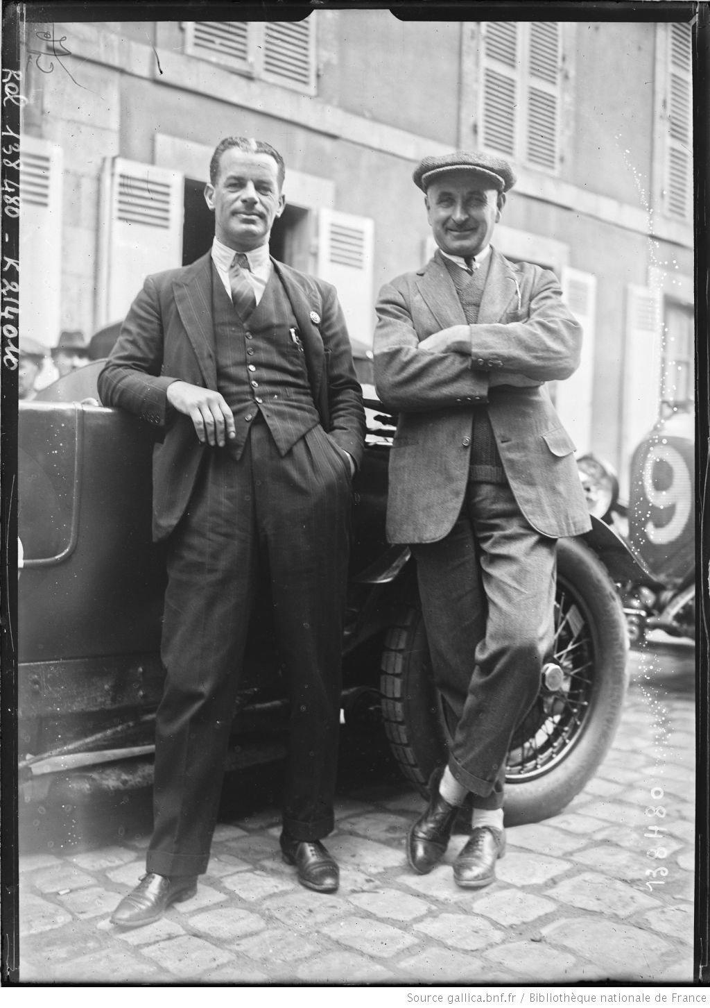 De gauche à droite, Frank] Clement, [Jean] Chassagne sur Bentley [coureurs automobiles, au pesage des 24 h du Mans, le 130629]  [photographie de presse]  [Agence Rol].