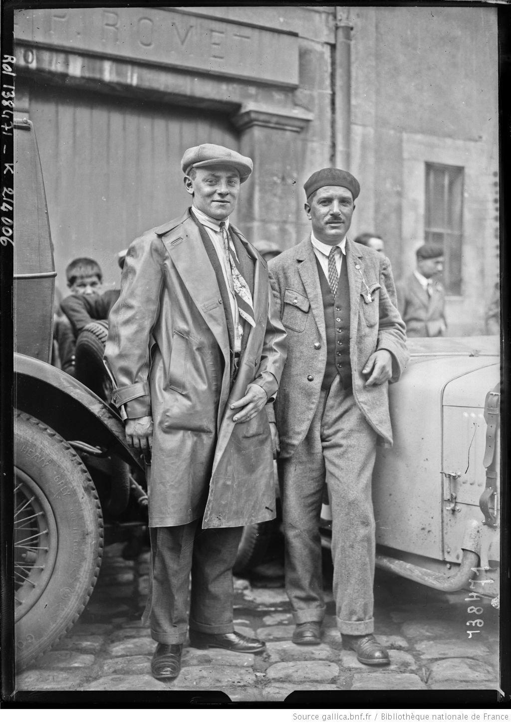 [De gauche à droite,] Debaugny [i.e. Louis Debeugny], Balard [i.e. Louis Balart] sur Tracta [coureurs automobiles français, au pesage des 24 h du Mans, le 130629]  [photographie de presse]  [Agence Rol].