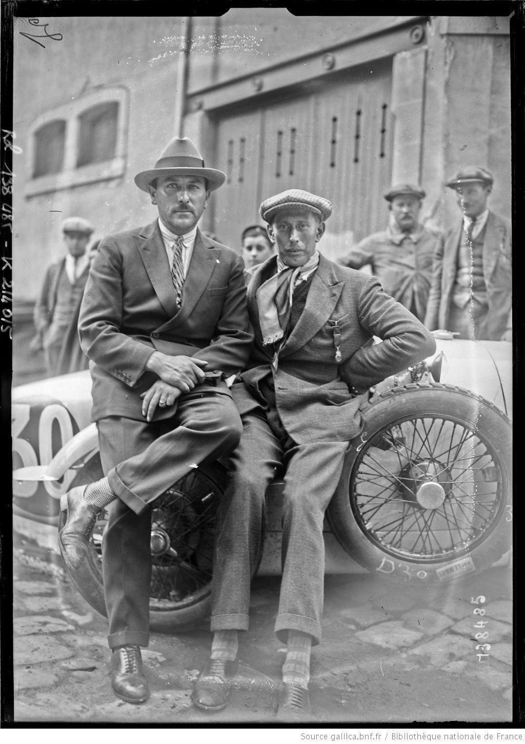 [De gauche à droite, Michel] Doré, [Jean] Treunet sur BNC [coureurs automobiles français, au pesage des 24 h du Mans, le 130629]  [photographie de presse]  [Agence Rol].