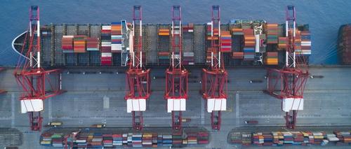 Activités portuaires à Puerto Tula, un passage stratégique du commerce aleucien.