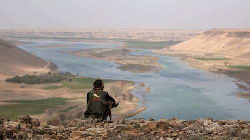 Soldat révolutionnaire face au fleuve Hesar.