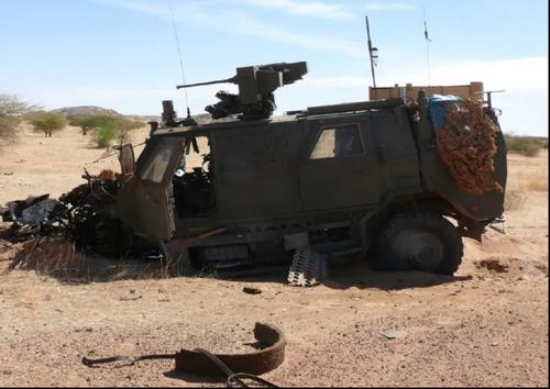 Bombardements aériens orchestrés sur un convoi de véhicules blindés révolutionnaires.