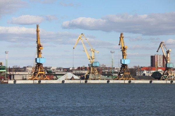 """Le port industriel de Kotios, l'un de seuls havres de """"paix"""" au sein de la cité-état où l'ordre n'est pas encore de mise partout"""