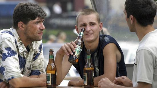 Jeunes slaves consommant de l'alcool