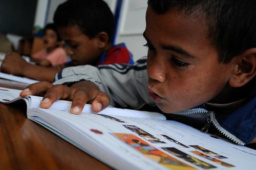 La résurrection du système éducatif varanyen, au contact de l'aide humanitaire étrangère.