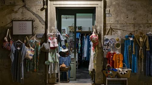 Boutique illégale dissimulée dans l'arrière cour d'une habitation.